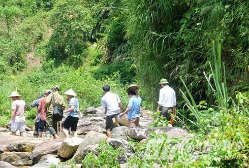 Đoàn công tác phải băng qua nhiều khe suối, đường dốc, hiểm trở mới đến được hiện trường vụ thảm sát.