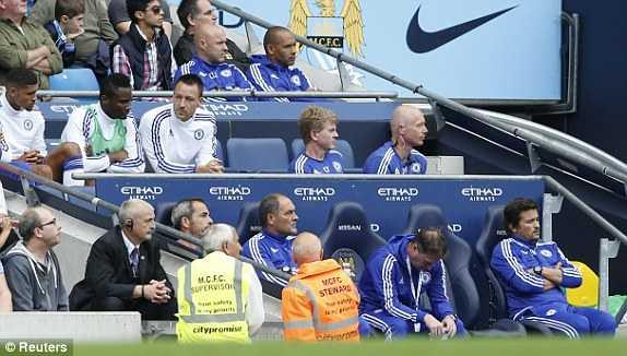 Terry ngồi buồn thiu trên khán đài