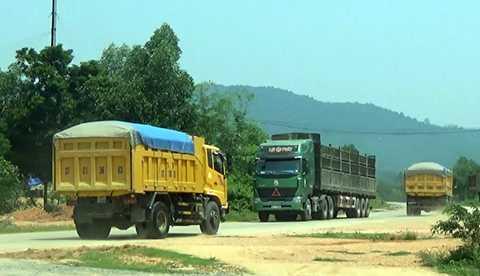 Thời gian qua, PV nhận được phản ánh của người dân các huyện Nghĩa Đàn, Tân Kỳ (Nghệ An) về tình trạng xe tải chở cát xuất hiện dày đặc trên đường mòn Hồ Chí Minh. Điều đáng nói, hoàng loạt phương tiện có biểu hiện cơi nới thùng, chở quá tải trọng chạy nghênh ngang khiến người dân bức xúc.