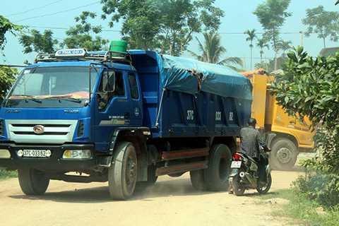 Theo điều tra, hàng đoàn xe tải đều 'ăn' cát từ các điểm mỏ ở các xã Nghĩa Lộc (huyện Nghĩa Đàn), Nghĩa Bình (Tân Kỳ) rồi nối đuôi nhau xuôi theo đường HCM xuống QL48, theo QL1A ra cung cấp cho các dự án ở Nghi Sơn (Thanh Hóa). Hầu hết các xe đều có biểu hiện cơi nới thùng, chở vượt tải.