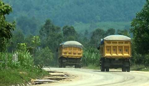 """Sau """"thế hệ"""" xe Hổ Vồ, những chiếc Dongfeng chở cát đang xuất hiện phổ biến và tung hoành trên nhiều tuyến đường huyết mạch ở Nghệ An."""