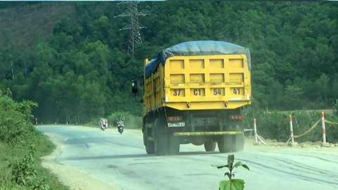 Từ đường Hồ Chí Minh, các xe tải 'khủng' vô tư xuôi theo đường QL48 để chạy ra Thanh Hóa. Không chỉ tiềm ẩn nguy cơ làm hư hỏng đường sá, những đoàn xe tải chở cát còn gây ô nhiễm nặng cho những đoạn đường trên địa bàn các huyện Tân Kỳ, Nghĩa Đàn, TX. Thái Hòa... ở Nghệ An.