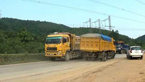 Những đoàn xe 'khủng' chở cát là nỗi ám ảnh cho những phương tiện giao thông khác lưu thông trên tuyến đường Hồ Chí Minh và QL48.