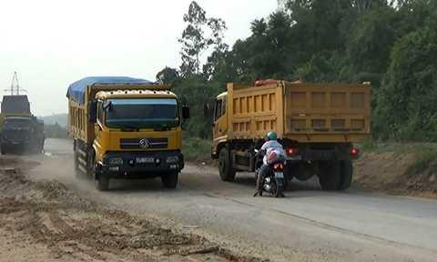 Mỗi ngày có cả trăm lượt xe tải chở cát từ Nghệ An ra Thanh Hóa, trong đó hàng loạt xe có biểu hiện cơi nới thùng, chở vượt tải nhưng vẫn lưu thông nghênh ngang.