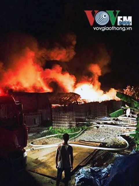 Đám cháy bùng phát dữ dội.