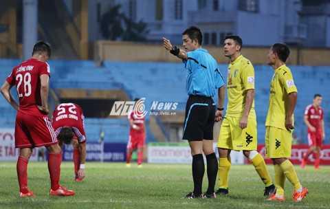 Nhiều lần cầu thủ Hà Nội T&T phản ứng với trọng tài Okabe (Ảnh: Phạm Thành)