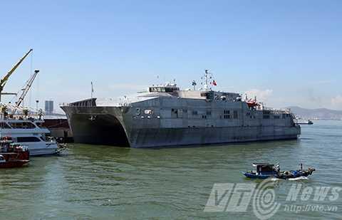 Sáng 17/8, đội tàu gồm tàu bệnh viện USNS Mercy (T-AH19) và tàu hộ tống tốc độ cao USNS Millinocket (JHSV-3) của Hải quân Mỹ cùng gần 1.000 sỹ quan thủy thủ và y bác sỹ đã cập cảng Tiên Sa (Đà Nẵng).