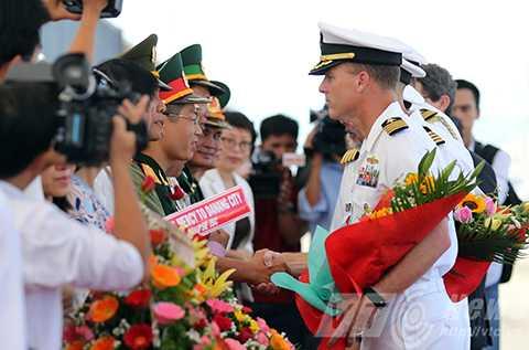 Lễ đón được thực hiện ngay tại chân cầu cảng