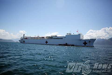Tàu Bệnh viện USNS Mercy (T-AH19) trên vịnh Đà Nẵng