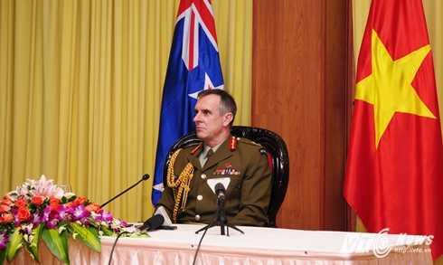 Trung tướng Tim Keating trả lời phỏng vấn - Ảnh: Tùng Đinh