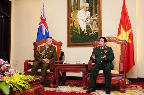 Trung tướng Tim Keating chào xã giao Đại tướng, Bộ trưởng Quốc phòng Phùng Quang Thanh - Ảnh: Tùng Đinh