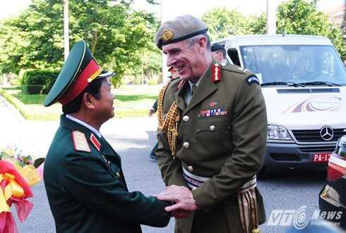 Thượng tướng Đỗ Bá Tỵ đón Trung tướng Tim Keating sáng 17/8 - Ảnh: Tùng Đinh