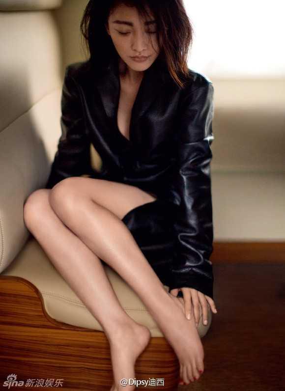 Sau khi kết hôn cùng nam diễn viên Hollywood David Cao, Châu Tấn liên tục khiến fan ngất ngây bằng những bộ ảnh táo bạo. Hồi tháng 3, vợ chồng cô có một bộ ảnh tình tứ trên tạp chí Marie Claire.