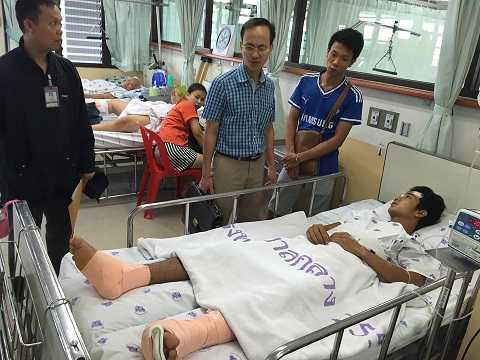 Cán bộ Đại sứ quán Việt Nam tại Thái Lan đến thăm anh Trường - Ảnh: Đại sứ quán Việt Nam