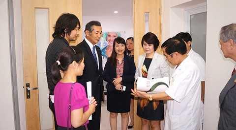 Bà Trần Thị My Lan, Phó tổng giám đốc Tập đoàn FLC giới thiệu với lãnh đạo Seirei các đơn vị y tế của Tập đoàn.