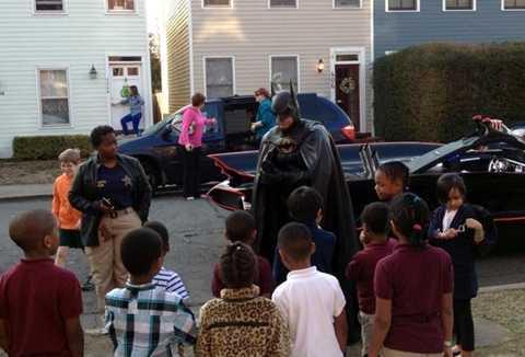 Người dơi đời thực thường xuyên đến thăm và tặng quà cho trẻ em bị ốm đau ở các bệnh viện thuộc bang Maryland