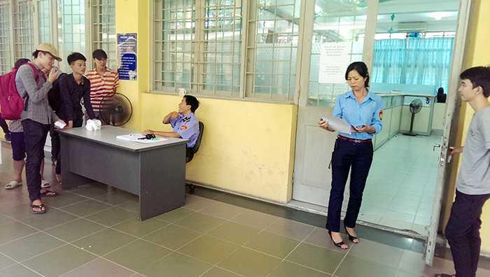Thí sinh đến rút hồ sơ ở Đại học Bách khoa Hà Nội sẽ được cấp 1 số thứ tự và chờ gọi vào phòng rút hồ sơ (Ảnh: Phạm Thịnh)