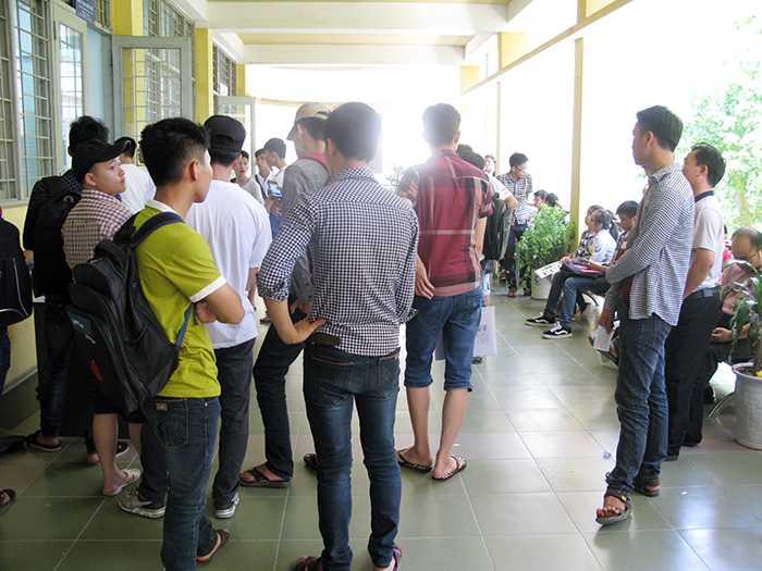 Ngày 17/8, khá nhiều thí sinh không đủ điểm đã đến Đại học Bách khoa Hà Nội rút hồ sơ (Ảnh: Phạm Thịnh)