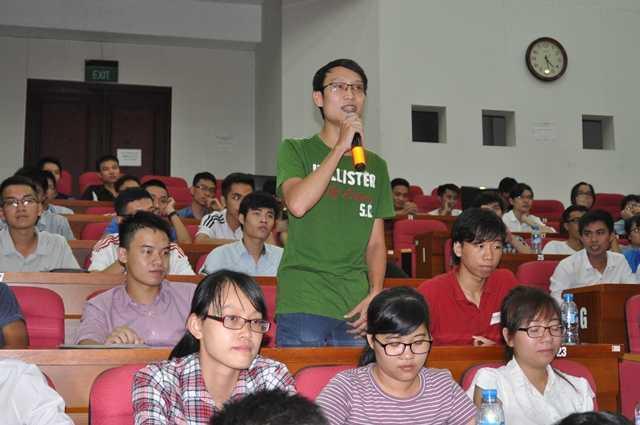 Hàng trăm sinh viên tham dự buổi giao lưu