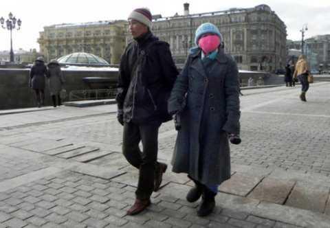 Vợ chồng chị Phượng trên đường phố Matxcơva năm 2013 - Ảnh: Q.Trung