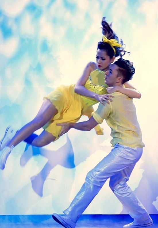Trong live show 8 Bước nhảy hoàn vũ, Chi Pu đã khiến khán giả thót tim   khi bất ngờ té ngã trên sân khấu do bị dính chấn thương ở chân.
