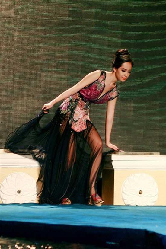 Diện một chiếc váy khá rườm rà và cồng kềnh, cộng thêm đôi giày cao gót được thiết kế độc đáo, Mai Phương Thúy đã gặp khó khăn trong việc giữ thăng bằng cho cơ thể.Cô lúng túng và suýt vấp ngã khi bước xuống các bậc thang trên sân khấu.