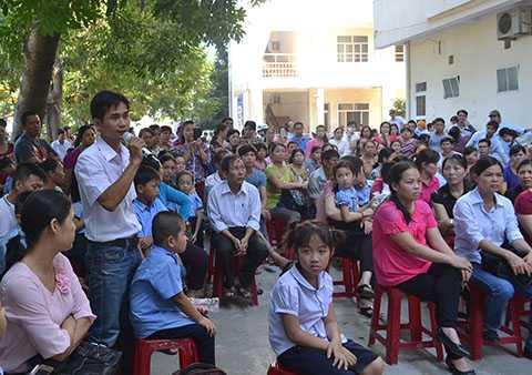 Ngày 18/8, hàng trăm phụ huynh đã kéo đến trường tiểu học Võ Thị Sáu (phường Hòa Minh, quận Liên Chiểu, Đà Nẵng) đã tập trung tại trường để phản đối việc UBND quận Liên Chiểu tách trường.