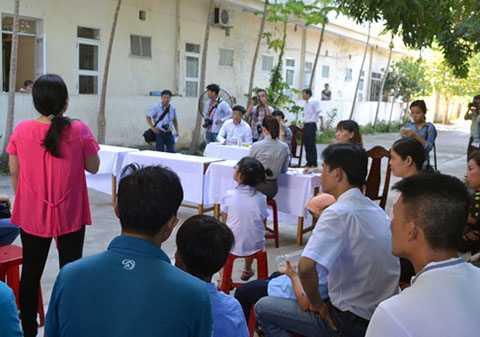 Lãnh đạo UBND quận và Phòng GD-ĐT quận Liên Chiểu có mặt tại trường để đối thoại trực tiếp với các phụ huynh