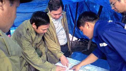 Ông Đặc Huy Hậu - Phó chủ tịch Thường trực UBND tỉnh Quảng Ninh cùng với lãnh đạo Công ty Than Hòn Gai đang trực tiếp chỉ đạo công tác cứu nạn tại hiện trường