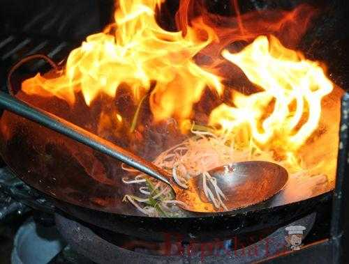 Việc chiên rán thực phẩm ở nhiệt độ cao sẽ gây hại sức khỏe.