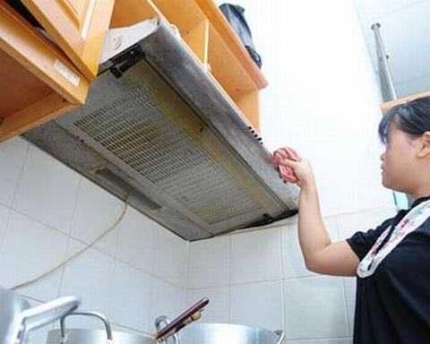 Các bà nội trợ nên thường xuyên vệ sinh bếp và hút mùi để ngăn khí độc tích tụ.