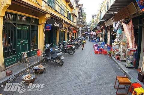Một đoạn đường dài khoảng 50m trên con phố Tạ Hiện được lát đá tự nhiên, với kích thước mỗi viên là 10cm x 10cm x 10cm.