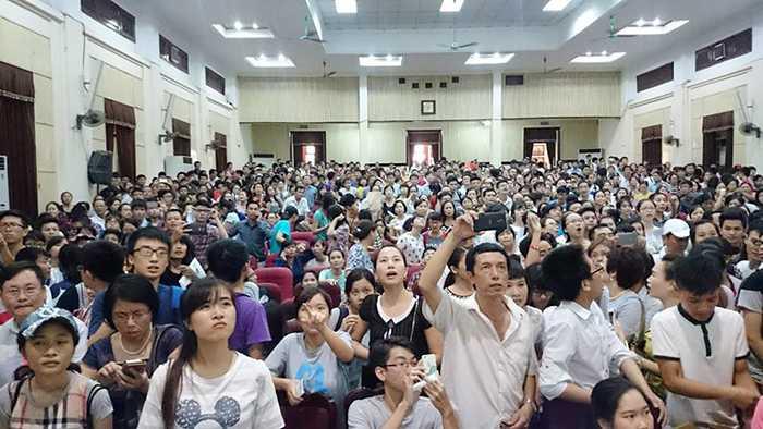Hàng nghìn thí sinh và phụ huynh đã có mặt trong hội trường Đại học Kinh tế Quốc dân chiều 20/8 (Ảnh: Phạm Đức Minh)