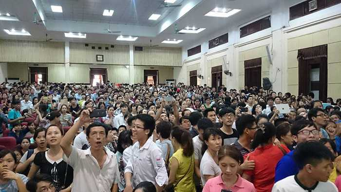 Hội trường nhà văn hóa Đại học Kinh tế Quốc dân đã không còn một chỗ trống trong chiều 20/8