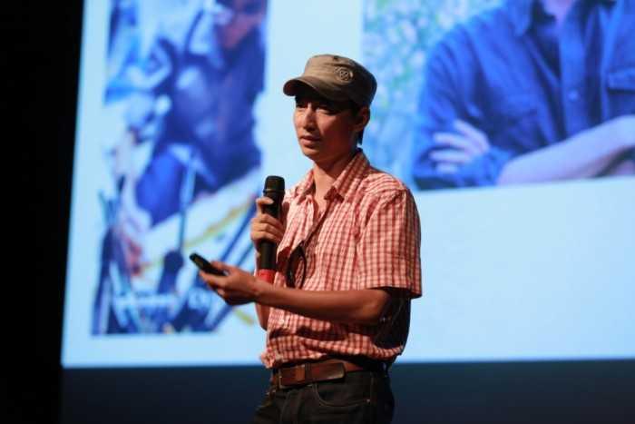 Nhiếp ảnh gia Việt Thanh đang hướng dẫn cách thể hiện câu chuyện bằng hình ảnh.