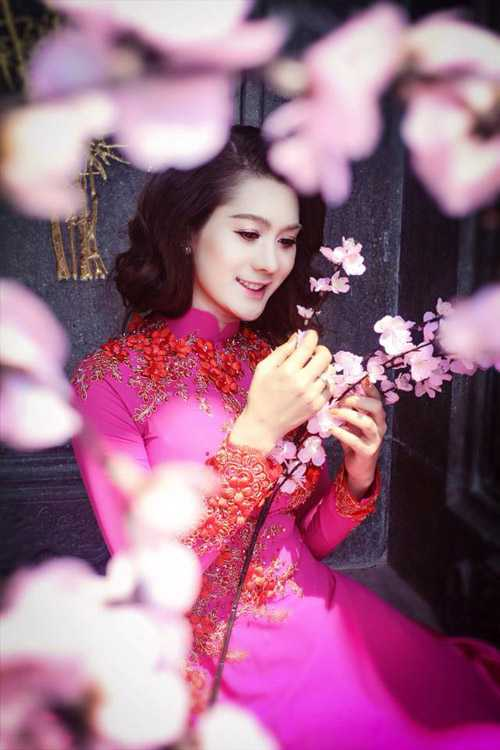 Lâm Chi Khanh trong tà áo dài truyền thống