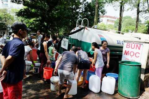 Mỗi lần đường ống dẫn nước sông Đà bị vỡ là người dân lại khốn khổ vì thiếu nước. Ảnh: Dân Việt