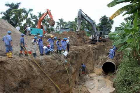 Hiện trường đường ống nước sông Đà bị vỡ lần thứ 13. Ảnh: TTXVN