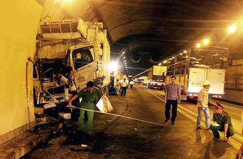 Lực lượng công an đo vẽ lại hiện trường vụ tai nạn