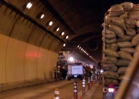 Vụ tai nạn khiến giao thông qua hầm bị ách tắc