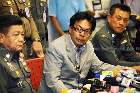 Pongpob Boonsaree (giữa) bị triệu tập đến Cơ quan Điều tra Tội phạm Công nghệ cao