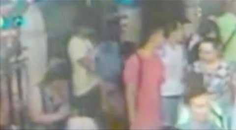 Cảnh sát Thái Lan mới công bố hình ảnh chụp màn hình từ camera theo dõi an ninh cho thấy 2 người đàn ông mặc áo đỏ và trắng đứng trước nghi phạm mặc áo vàng