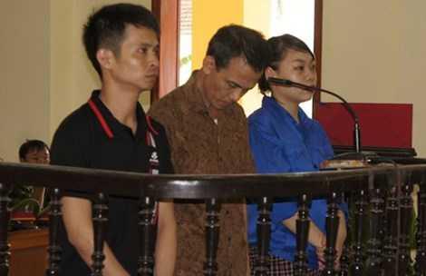 Nguyễn Quốc Khánh (giữa) đứng cúi đầu trước vành móng ngựa kêu mệt, không đủ sức để trả lời các câu hỏi. Ảnh: ĐL