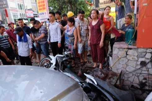 Nhiều xe máy nát vụn sau vụ tai nạn liên hoàn