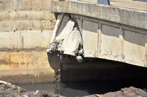 Cầu bị nứt toác, bê tông gãy đổ, sắt thép lòi ra ngoài, hư hỏng nặng