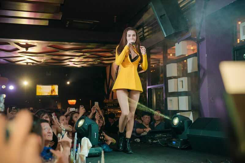 Có lịch diễn ở Hà Nội tối 20/8 nhưng Hà Hồ không xuất hiện trong buổi ra mắt phim Hy sinh đời trai.