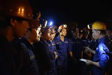 Lực lượng cứu hộ thay nhau tìm kiếm suốt hơn 2 ngày đêm đã đưa được thi thể nạn nhân cuối cùng ra khỏi hiện trường vụ tai nạn bục túi nước hầm lò than Hòn Gai