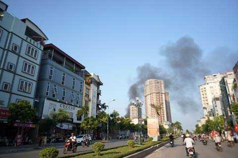 Ngọn khói của đám cháy bốc lên cao hàng chục mét