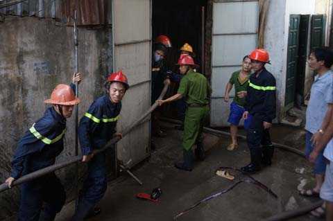 Hàng trăm cán bộ chiến sĩ CS PCCC tích cực dập lửa