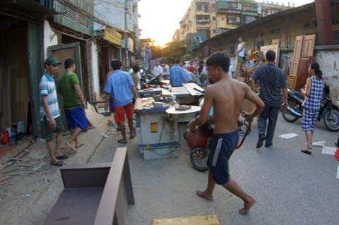 Công nhân của những xưởng gỗ xung quanh nhanh chóng di dời máy móc, bàn ghế khỏi hiện trường
